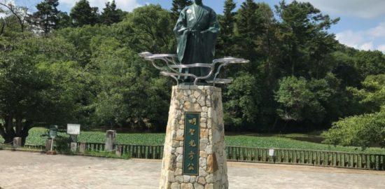 明智光秀公の像と南郷池