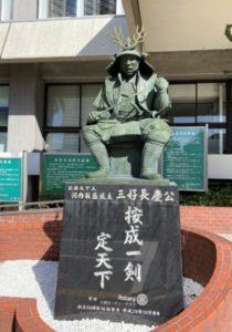 役所にある三好長慶の像