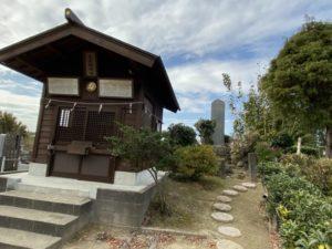 花見塚神社の祠と墓所