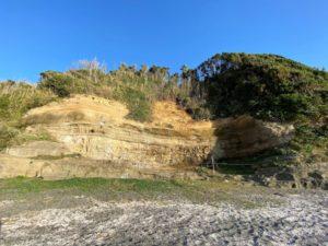 新井城址の崖の下