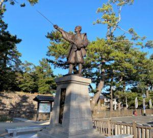藩祖 堀尾吉春公の銅像