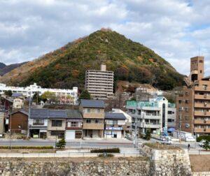 背後の桜山城(三原市)