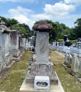 亀御前の供養塔(阿弥陀堂)