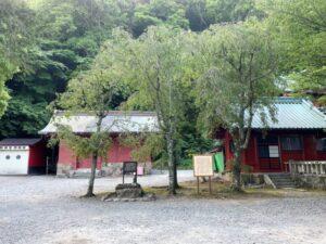 伊豆山神社 腰掛石辺りの境内