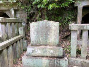 島津忠久公の墓の前の石碑