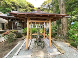 観音像と池 妙本寺