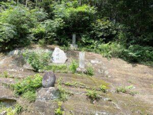 梶原御霊神社の石塔