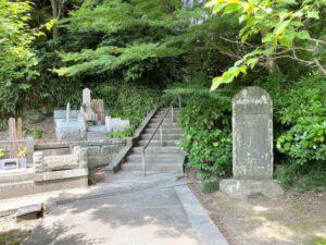 竹御所の墓への入り口