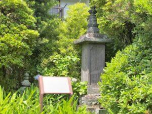 桟敷尼・左衛門尉祐信の墓