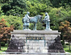 山内一豊と妻の像