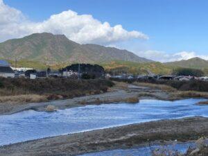 蓮華山城(向左)と鞍掛山城(向右)