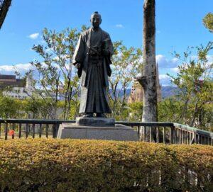 阿部正弘公の像