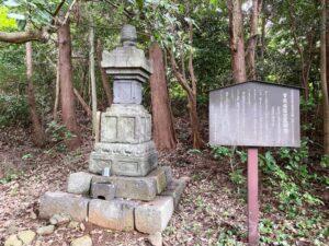 伝曽我太郎祐信の墓(宝篋印塔)