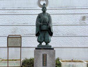 岡崎義実公の像